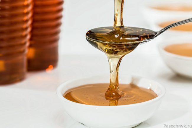 мед стекает с ложки