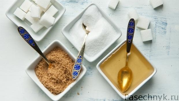 мед и сахара в тарелках