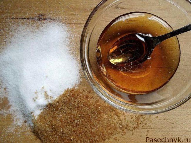 мед и сахар на столе