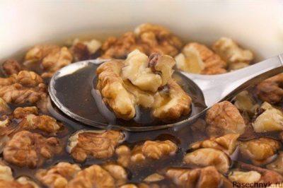 грецкие орехи в ложке с медом
