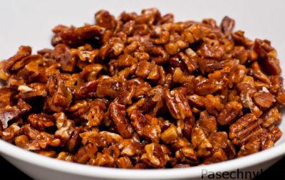 грецкие орехи с медом в тарелке
