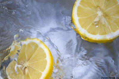 дольки лимона в воде