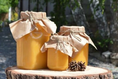 мед в банках на столе